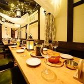 コンパにオススメ★8名様向けテーブルはカーテンで仕切って半個室に◎木目が優しい温かな空間でお楽しみください◎