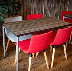 テーブルは4名掛け×5つあります。最大12名まで席を調整することが可能です。10名より貸切にすることができるので女子会やママ会などにおすすめです。