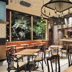 アンティークな小物や照明はゆったりとした雰囲気を演出。テーブルを囲んで素敵なディナーをお楽しみください。