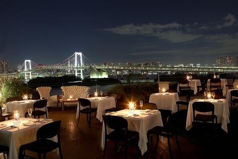 大切な記念日に優雅なひと時を夜景と共に楽しめるお祝いレストラン。