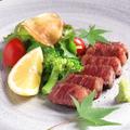 料理メニュー写真黒毛和牛ステーキ又はタタキ