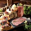 料理メニュー写真名物!肉寿司の階段盛り※2人前より