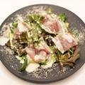 料理メニュー写真生ハムと半熟タマゴのシーザーサラダ