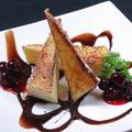 料理メニュー写真ベイクドチーズケーキのキャラメリゼ 木いちごとチョコレートのソースで