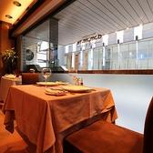 窓際のテーブル席をご利用頂けます。各社メディアにとりあげられるフレンチレストラン。芸能人も愛した老舗フレンチの味をご堪能ください。