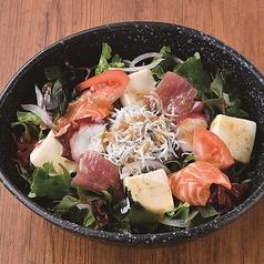 刺身たっぷり!白木屋海鮮豆富サラダ