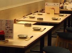 ゆったりとスペースのあるテーブル席。