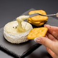 料理メニュー写真カマンベールチーズ丸ごとフォンデュ