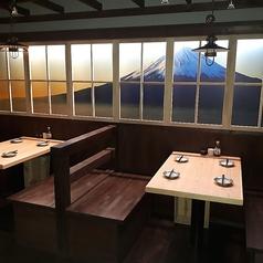 富士山の描かれた傍で山梨気分♪4名様迄のボックス席をご用意しております!ご家族でのご利用などに最適です◎