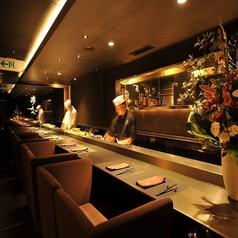 【カップルシート寿司カウンター:10席】ディナーデートにご活用頂けます。調理場が見えるライブ感のあるこちらのカウンター席は、ゆっくりと寛げるソファー席にてご案内しております。