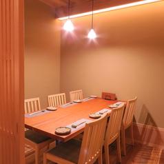接待に最適。テーブル席個室は4~6名でご利用可能です。
