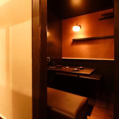 隠れ家的な雰囲気が特徴の完全個室です。接待や会食などのビジネスシーンから、合コンやデートまで、幅広いシーンにご利用頂けます。お誕生日や記念日のサプライズパーティーも可能です。ケーキの持ち込みも承っております。お気軽にご相談ください◎[所沢 居酒屋 個室 飲み放題 日本酒 焼酎 和食 しゃぶしゃぶ馬刺し 宴会]