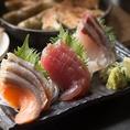 九太郎では海鮮料理も種類豊富にご用意しております。毎日仕入れているので、特に鮮度が重要な刺身も常にベストな状態でご提供♪おすすめ鮮魚の三点盛り・五点盛り、旬のお刺身、マグロのお造りなど、人気メニューが揃ってます◎
