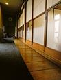 お座敷に通じる趣のある廊下。
