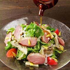 料理メニュー写真合鴨と季節野菜のシーザーサラダ