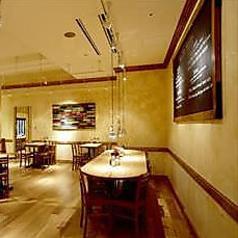 Le Pain Quotidienの特徴ともいえる大きな長テーブルを私たちはコミューナルテーブルと呼んでいます。美味しパンと合わせてご堪能