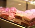 【部位に合わせたプロが見定める熟成】自社牧場から仕入れた羊は店舗に併設する食肉加工場で、お肉の部位に合った期間熟成させ、全て『手切り』で切り落とし、お客様が一番おいしく食べられるタイミングでお出しする。
