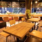 【テーブル席】2~4名様までご利用可能な木の温もり感じる心休まるお席をご用意。テーブルをつなげて最大8名様まで可能です。