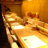 カウンター席は大人の記念日・デートにも人気。木の温もりが感じられる落ち着いた空間。