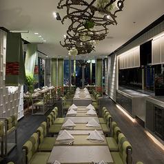白と緑を基調としたシンプルで高級感のある店内空間で、素敵な時間をお過ごしください。
