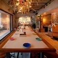 最後の晩餐風の14名様まで並べる大テーブルです。集合写真がよく映えます♪流木で作られたアートな照明の下、ダイニングテーブル席。女子会・合コン・デート・宴会にも最適です!