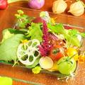 料理メニュー写真信州野菜とお花のサラダ