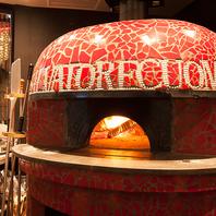 アツアツのピザを自慢の真っ赤な薪窯で焼き上げます!!