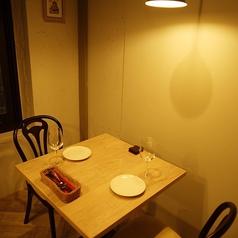 【2番~5番の個室】落ち着いた雰囲気でおしゃべりもしやすい♪天井からは程よい明るさの可愛いランプ。隣の席とはプライベート感を出せるように劇場などで仕様される厚手の遮音カーテンを使用しています。