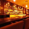 生ビールタワーやお酒が並ぶカウンター