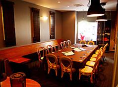 18名様までの貸切はテーブルをフロア中央に集めることが可能です。