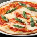 料理メニュー写真トマトとモツァレラのマルゲリータピザ
