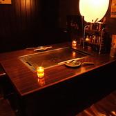 黒を基調とした店内。2~5名様席(半個室)