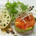 料理メニュー写真鮮魚とアボガドのミルフィーユサラダ