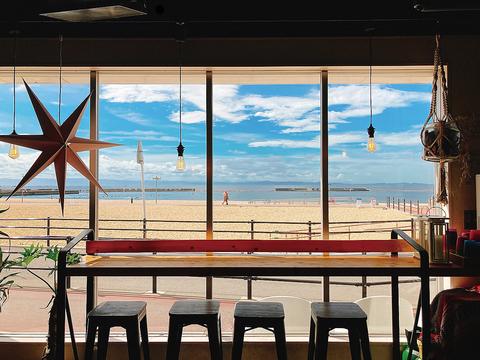 ビーチに佇むダイニングレストラン。店内、テラス席、お料理全てがフォトジェニック!