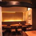 間接照明が心地良い奥の片面ソファー席は、テーブルをつなげて10名様までご利用頂けます。
