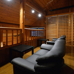 【2F】ゆったり座れる2名用ソファ席は会話の弾む距離感。カップルやご友人同士でのご利用にオススメです。