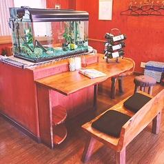 お一人様でも気軽に立ち寄りやすい!カップルにも大人気の水槽を眺めながらお食事が出来るカウンター席!