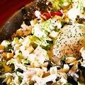 料理メニュー写真ささみと温玉のシーザーサラダ
