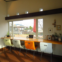 窓際とバーカウンターと2か所に、カウンター席をご用意しております。