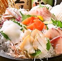 朝、市場で仕入れる刺身は当店で一番の人気メニュー!