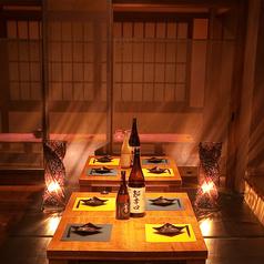 暖色系の照明が店内を暖かく照らし出す半個室空間♪