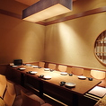 落ち着いた居心地のよい空間。落ち着いた照明と木を基調とした優しい内装でお客様をお迎えいたします。お仕事帰り、お買い物途中、お食事利用のお客様、皆様リラックスしてお食事をお楽しみください※画像は系列 13名~18名 掘りごたつ個室