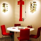 赤と白を基調とした丸テーブル席。