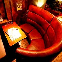 背もたれが高い、個室感のあるカップルシートです。