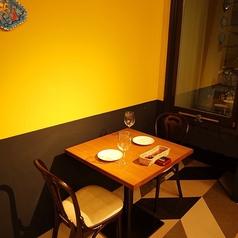 【2名様のテーブル席】黄色い壁がアクセントに♪デートにもピッタリなテンションが上がる空間!