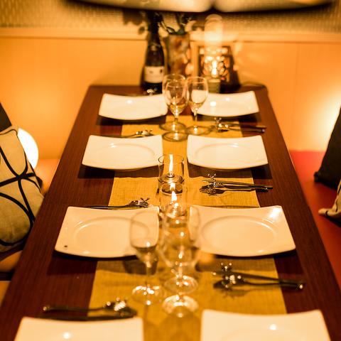 【新橋店◆小,中,大完全個室完備】カップルや合コンお客様におすすめな完全個室をご用意しております!また、モダンな間接照明が飲み会・宴会の雰囲気を一層盛り上げます。完全個室は大変人気のお席になりますのでご予約はお早目に!誕生日・女子会・合コンにもご利用ください。