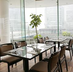 ◆テーブル◆横浜の夜景が一望できるお席。全面ガラス張りになっておりますのでどのお席からも夜景を見ながらお食事をお楽しみ頂けます。特別な日のお食事は非日常的な空間でお過ごしください。【横浜/みなとみらい/イタリアン/ワイン/ピザ/パスタ/夜景/貸切/パーティー/誕生日/デート/個室】