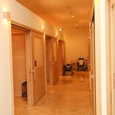 店内通路や個室入口は車いすの方でもスムーズに移動できるように広い間取りになっております。