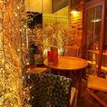 お店前に開放感あふれる隠れ家風テーブルテラス席がありご予約も可能!4名テーブル×2卓