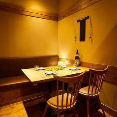 大人気のゆったりとくつろげるテーブル個室空間は、接待などのビジネスシーンはもちろん、デートや少人数の宴会にもご利用いただけます。週末は、家族連れで温かいひとときを満喫。カップルや女子会でも気軽に入れるような安心感があります。落ち着いてゆっくりと厳選したドリンクと料理をお楽しみください。